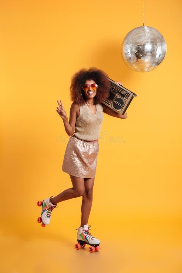 Full längdstående av att le den afro amerikanska diskokvinnan i sol royaltyfri foto