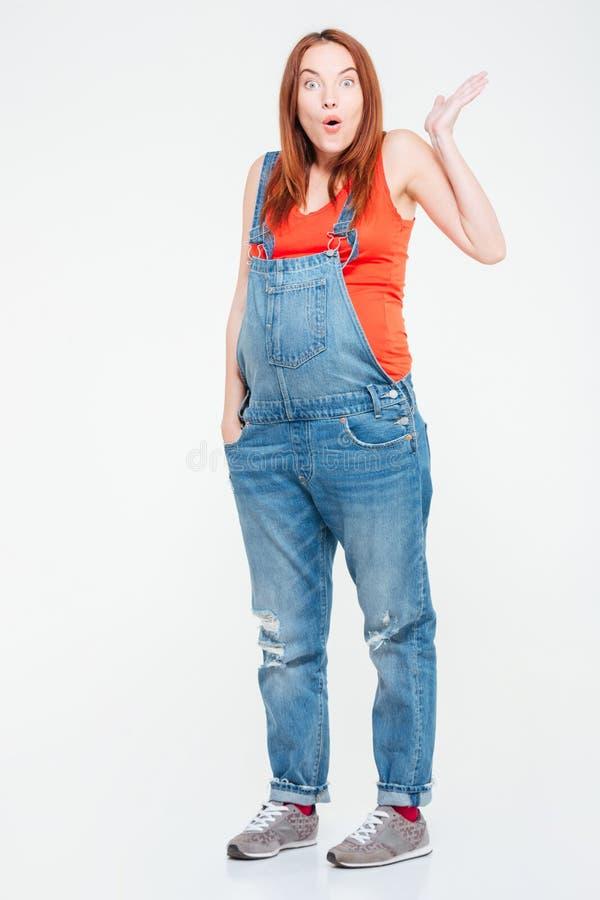 Full längdstående av den förvånade gravida kvinnan royaltyfria foton