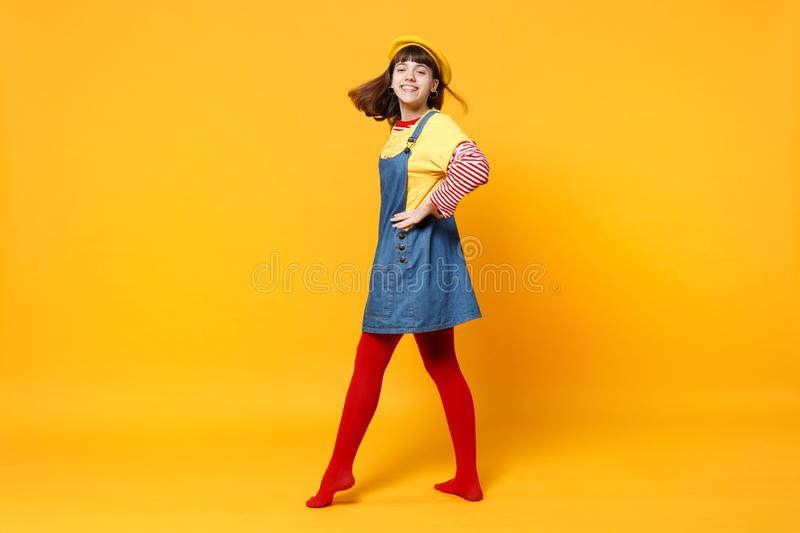 Full längdstående av den gulliga flickatonåringen i den franska basker, grov bomullstvillsundress som tillbaka ser och att stå me royaltyfri fotografi