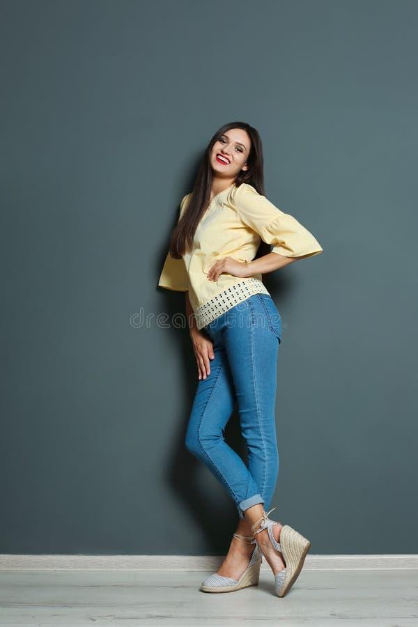 Full längdstående av den härliga kvinnan med sexiga ben royaltyfri foto