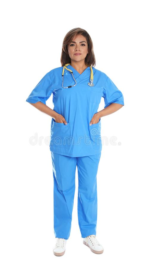 Full längdstående av den kvinnliga latinamerikanska doktorn som isoleras på vit royaltyfri fotografi