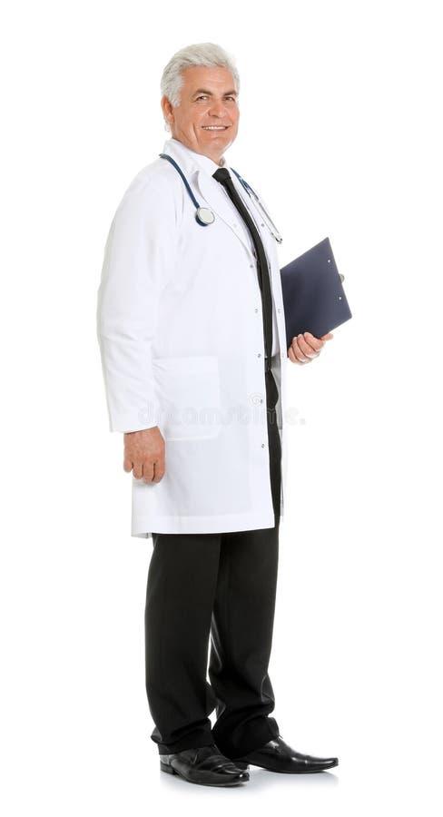 Full längdstående av den manliga doktorn med den isolerade skrivplattan medicinsk personal royaltyfria foton