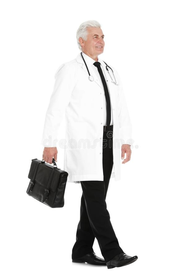 Full längdstående av den manliga doktorn med portföljen på vit medicinsk personal royaltyfri bild