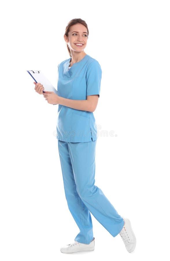 Full längdstående av den medicinska doktorn med den isolerade skrivplattan royaltyfria foton