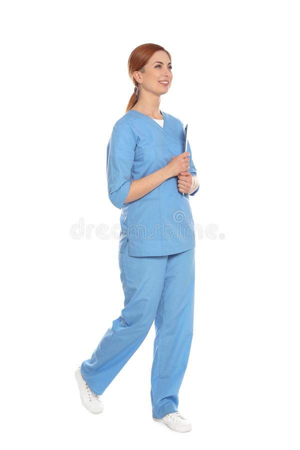Full längdstående av den medicinska doktorn med den isolerade skrivplattan arkivbild