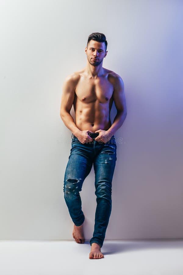 Full längdstående av den sexiga muskulösa shirtless mannen royaltyfria bilder