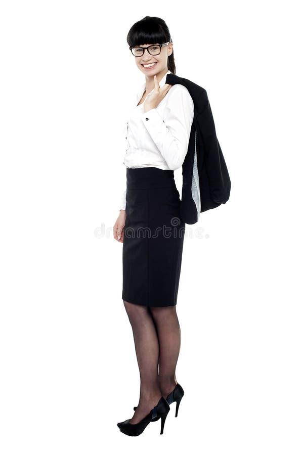 Full längdstående av den stilfulla företags ladyen royaltyfri foto