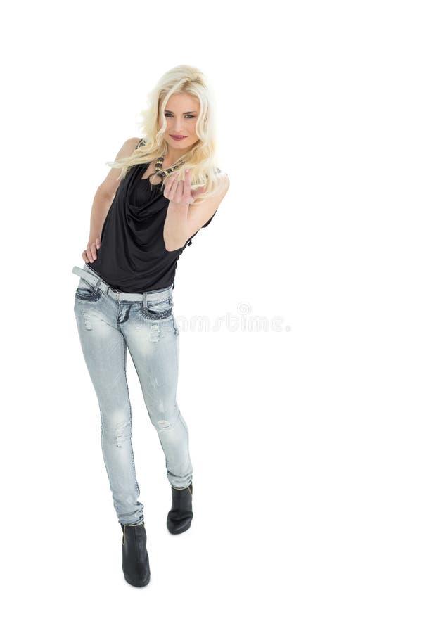 Full längdstående av den tillfälliga kvinnan med blont hår arkivbilder