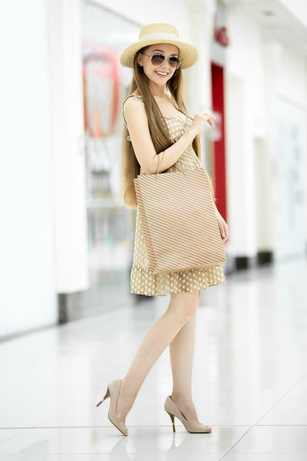 Full längdstående av den unga härliga shopparekvinnan royaltyfria foton