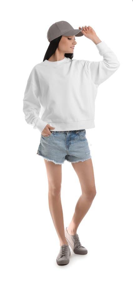 Full längdstående av den unga kvinnan i den isolerade tröjan ?tl?je upp f?r design arkivbild