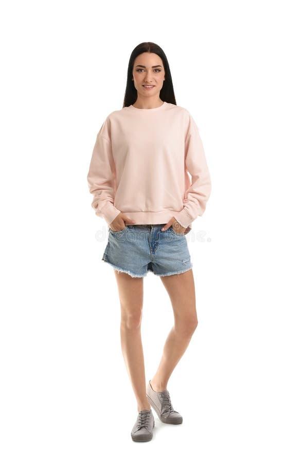 Full längdstående av den unga kvinnan i tröjan som isoleras på vit ?tl?je upp f?r royaltyfri fotografi