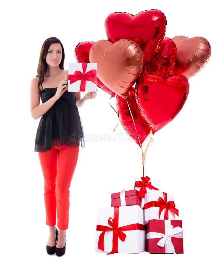 Full längdstående av den unga kvinnan med gåvaaskar och luftballonger som isoleras på vit royaltyfri bild
