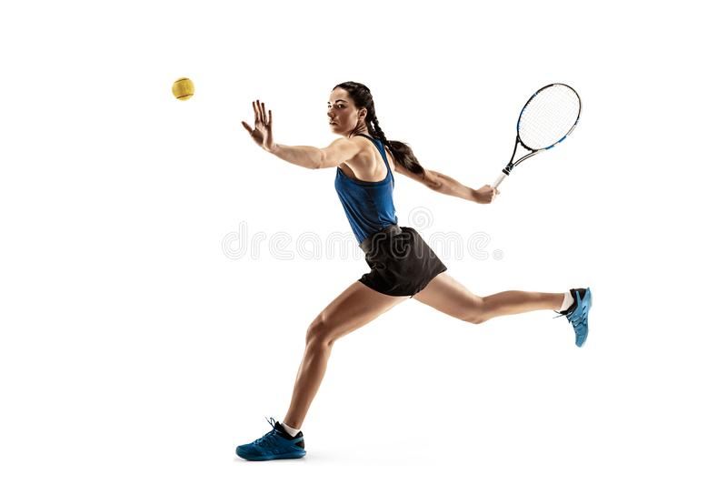 Full längdstående av den unga kvinnan som spelar tennis som isoleras på vit bakgrund arkivbilder