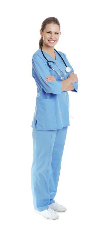 Full längdstående av den unga medicinska assistenten med stetoskopet royaltyfri foto