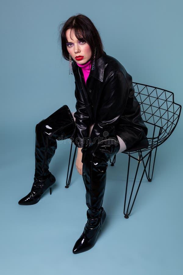Full längdstående av den unga modellen med färgrik makeup royaltyfria foton