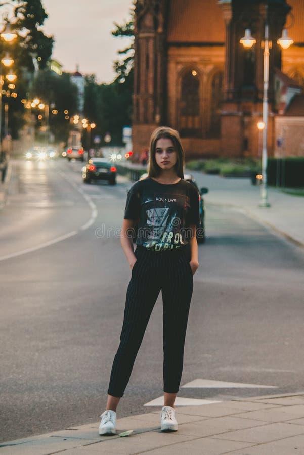 Full längdstående av den unga tonåriga flickan royaltyfri fotografi
