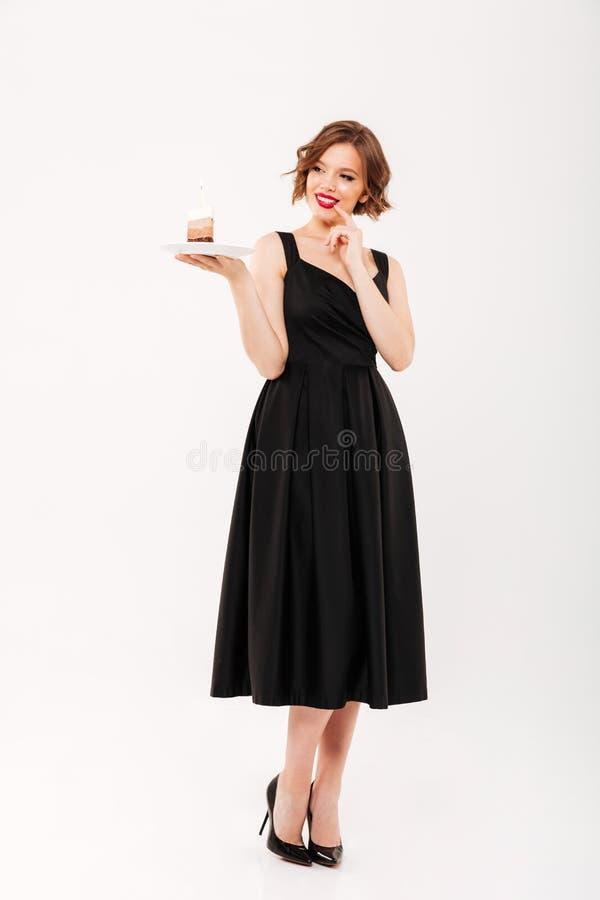 Full längdstående av en älskvärd flickainnehavplatta royaltyfria foton