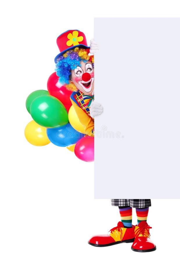 Full längdstående av en födelsedagclown som rymmer det tomma brädet fotografering för bildbyråer
