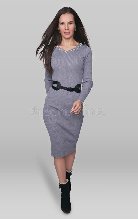 Full längdstående av en härlig brunettkvinna royaltyfri bild