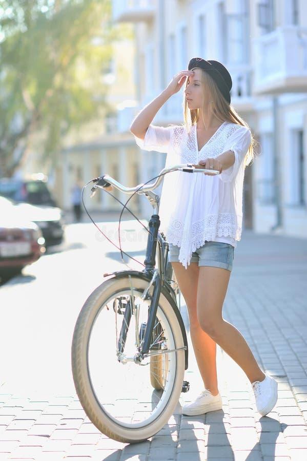 Full längdstående av en härlig flicka med cykeln royaltyfri fotografi