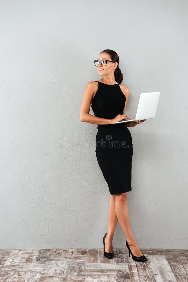 Full längdstående av en härlig lycklig affärskvinna royaltyfri foto