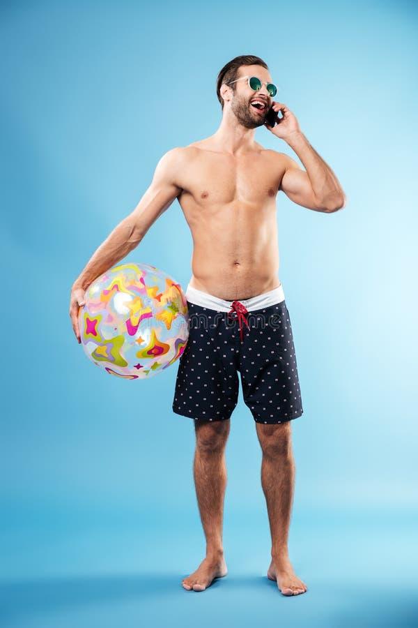 Full längdstående av en hållande strandboll för ung grabb royaltyfria foton