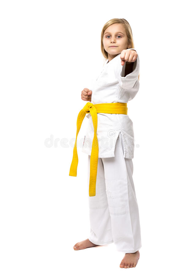 Full längdstående av en karateflicka i kimono med det gula bältet arkivbilder