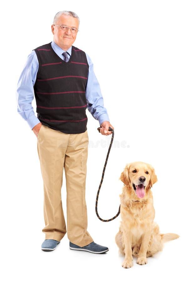 Full längdstående av en le hög man som poserar med hans husdjur royaltyfria foton