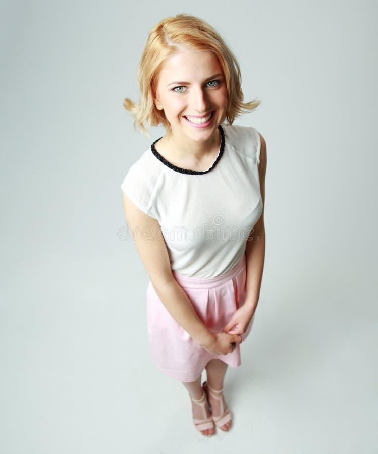 Full längdstående av en le kvinna arkivfoton