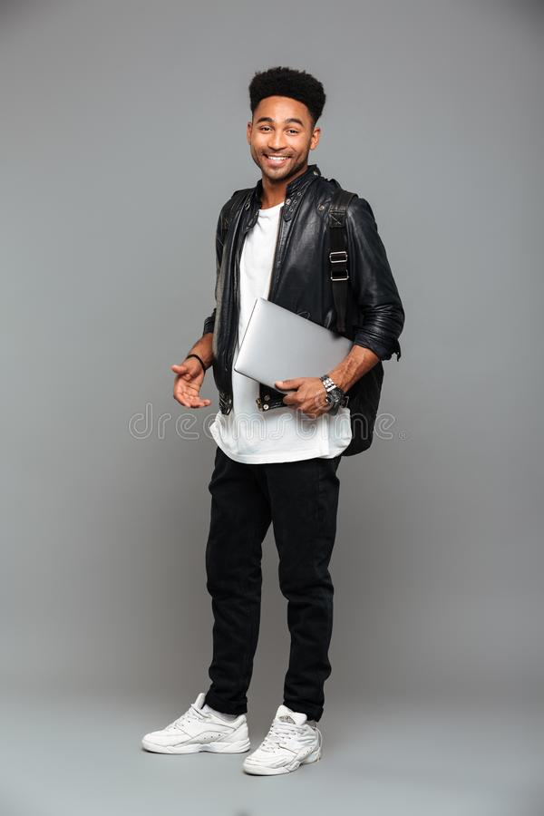 Full längdstående av en le ung afrikansk man royaltyfria bilder
