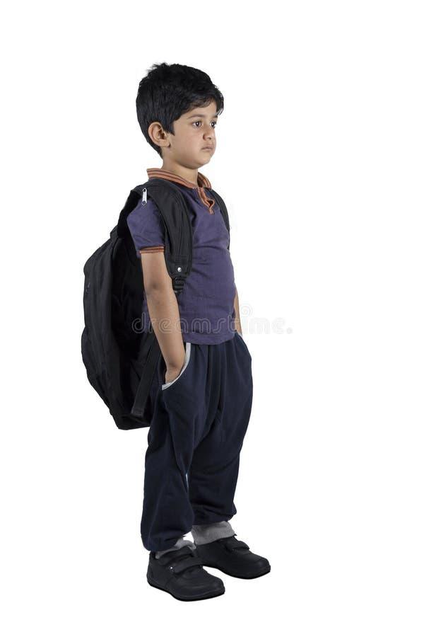 Full längdstående av en ledsen skolpojke arkivbild