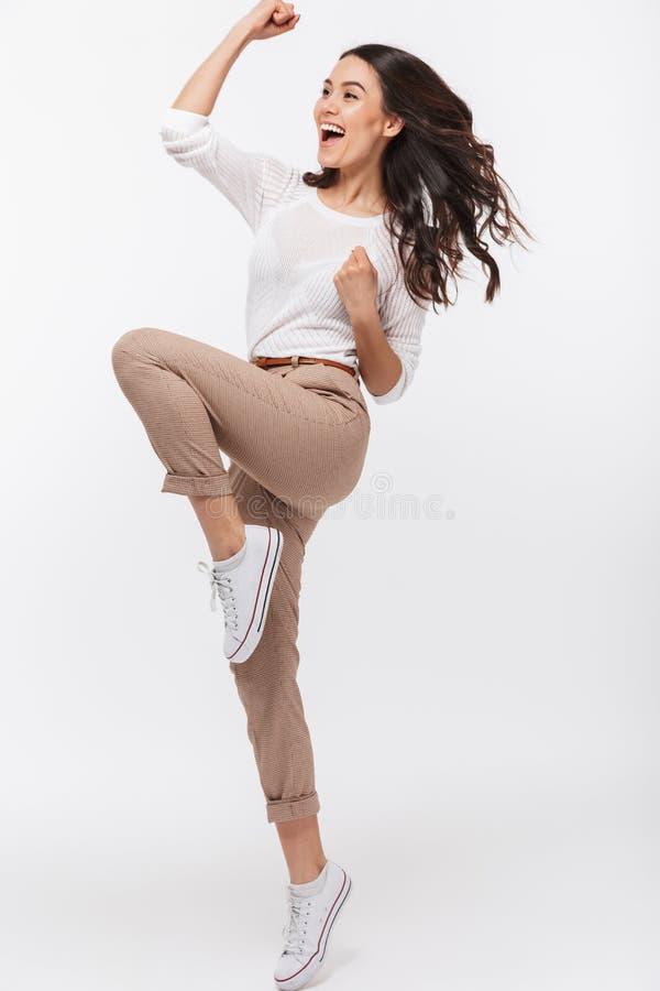 Full längdstående av en lycklig asiatisk affärskvinna royaltyfri foto
