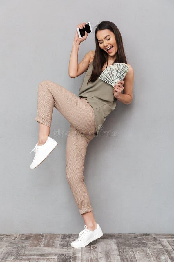Full längdstående av en lycklig asiatisk kvinna royaltyfri fotografi