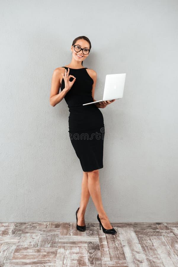 Full längdstående av en lycklig attraktiv affärskvinna arkivbilder