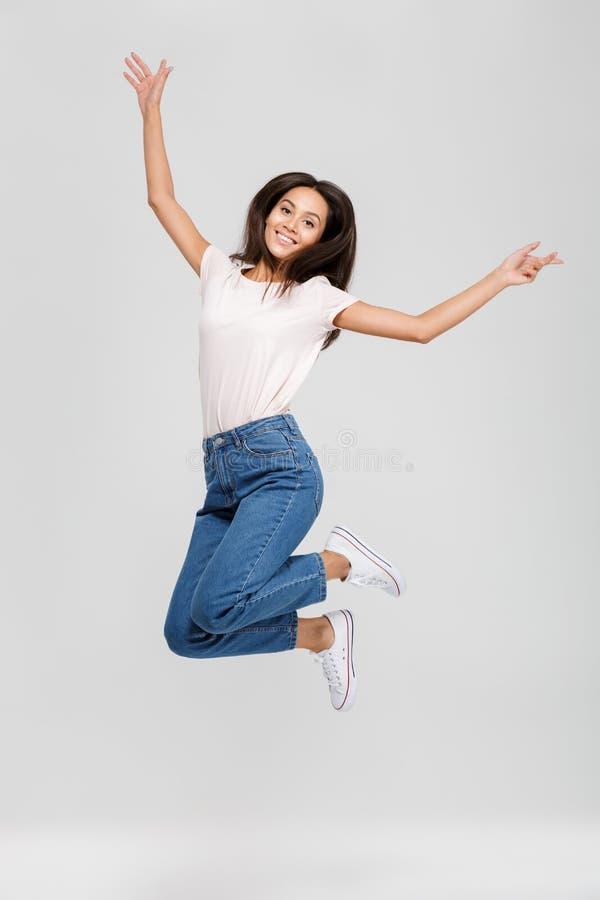 Full längdstående av en lycklig le asiatisk kvinna royaltyfri fotografi