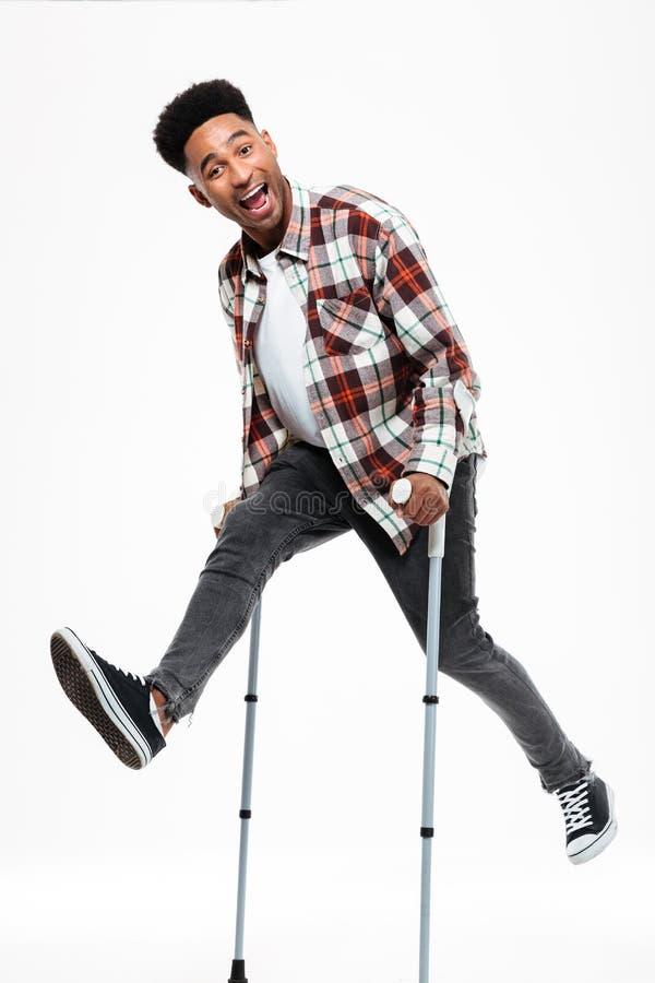Full längdstående av en lycklig ung afro amerikansk man arkivbilder