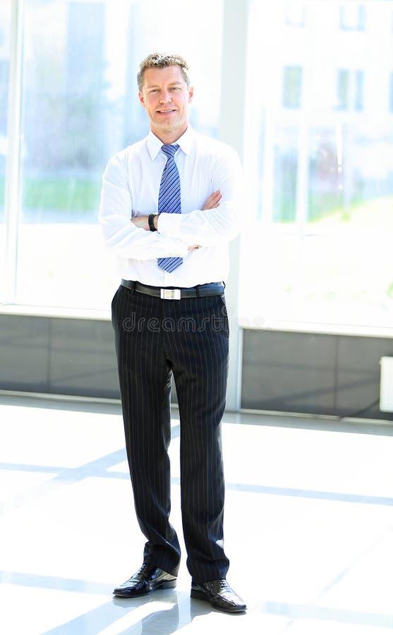 Full Längdstående Av En Man För Mogen Affär Med Händer Royaltyfria Foton