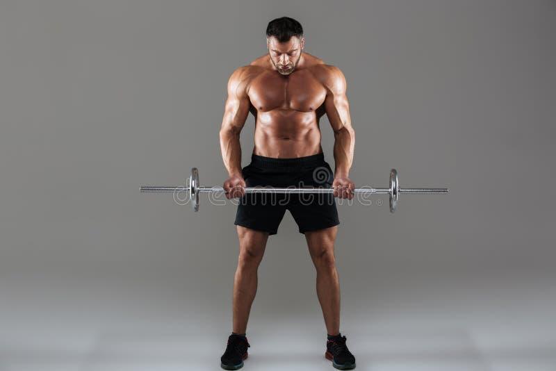 Full längdstående av en säker stark shirtless manlig kroppsbyggare arkivfoto