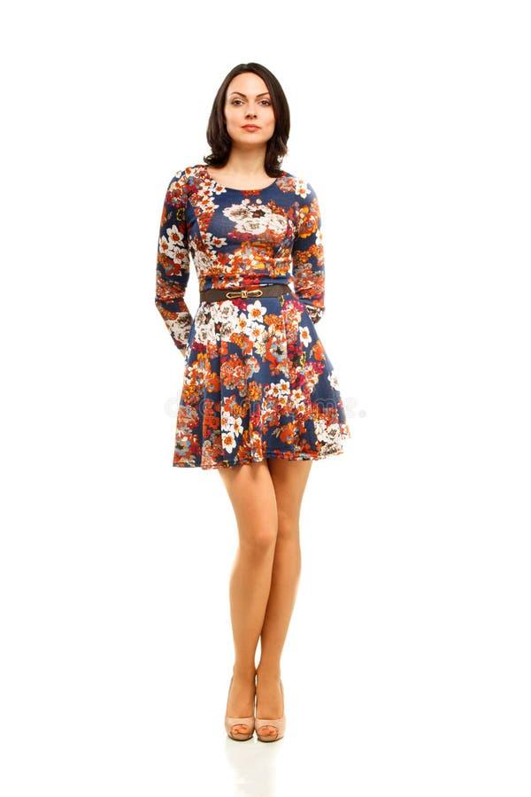 Full längdstående av en säker ung affärskvinna royaltyfri bild