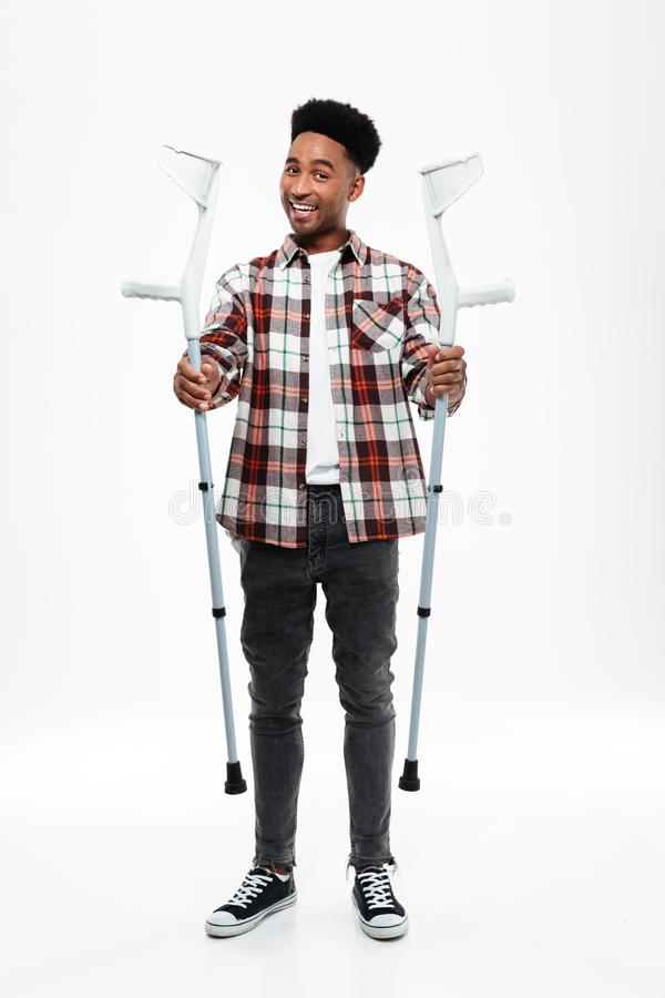 Full längdstående av en ung afro amerikansk man royaltyfria foton