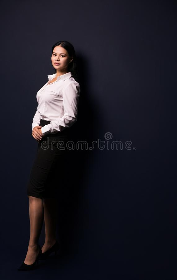 Full längdstående av en ung härlig affärskvinna royaltyfri fotografi