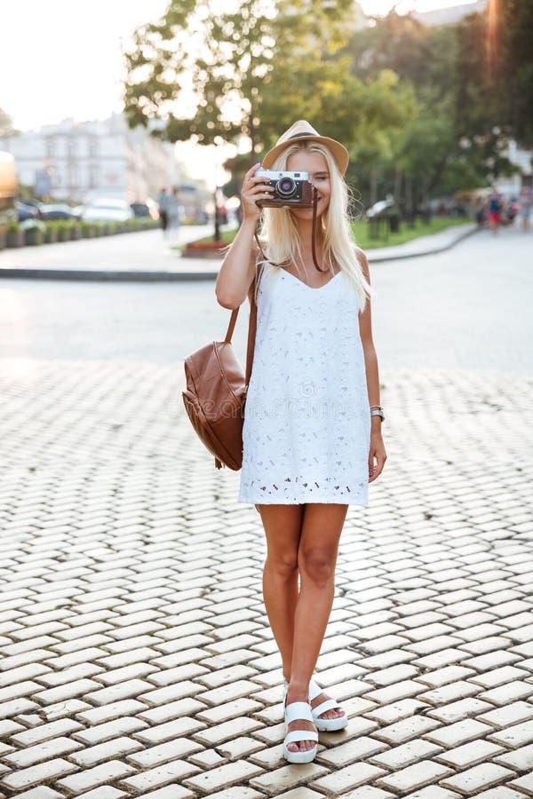 Full längdstående av ett flickadanandefoto med kameran royaltyfria bilder