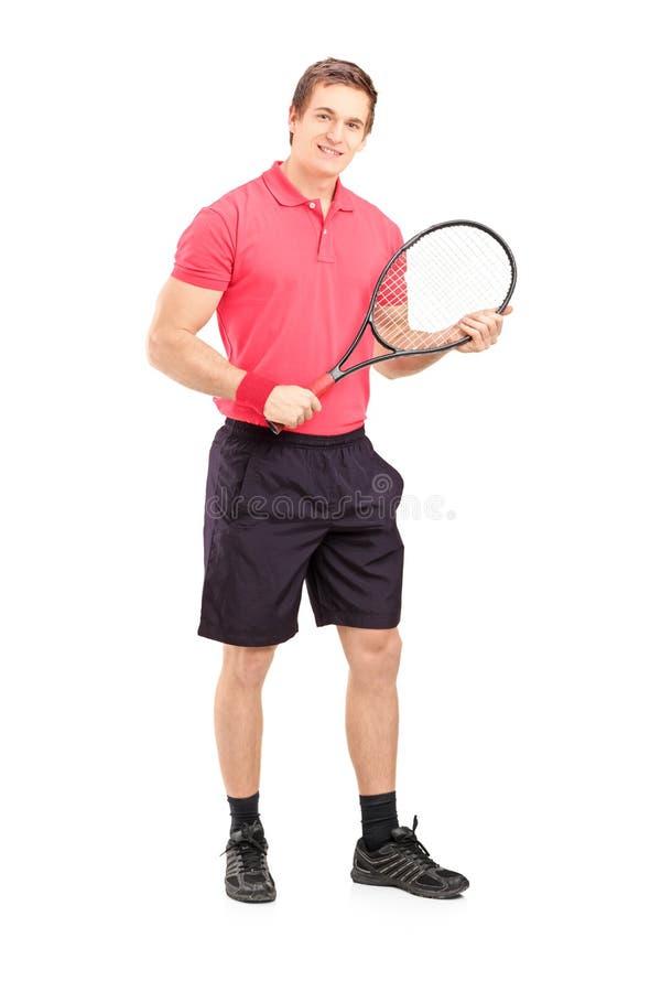 Full längdstående av ett ungt maninnehav ett tennisracket royaltyfria bilder