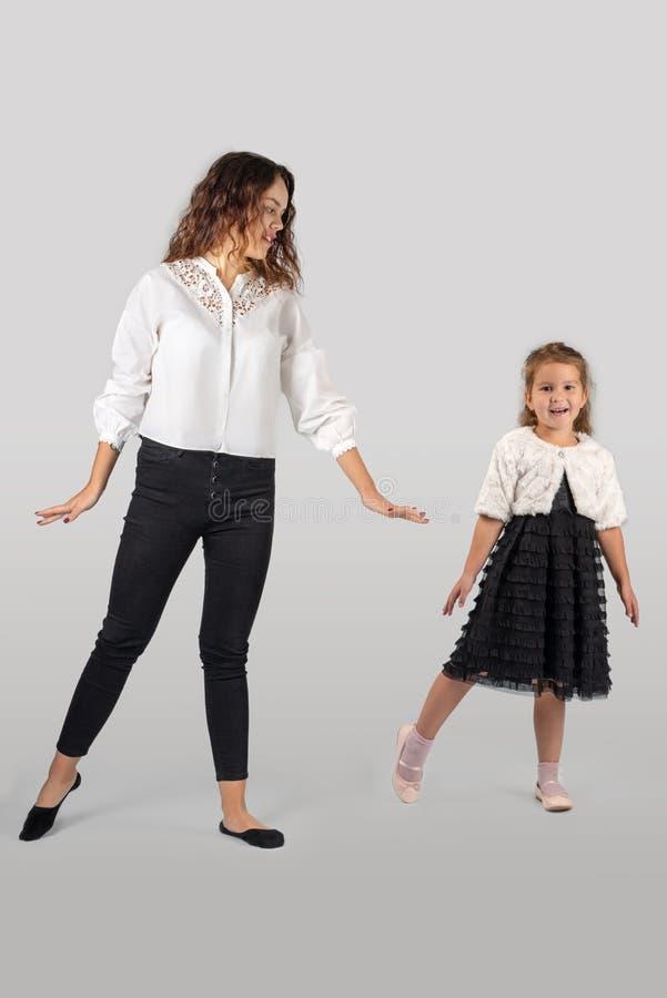 Full längdstående av lite att le att bära för flicka som är härligt royaltyfria bilder