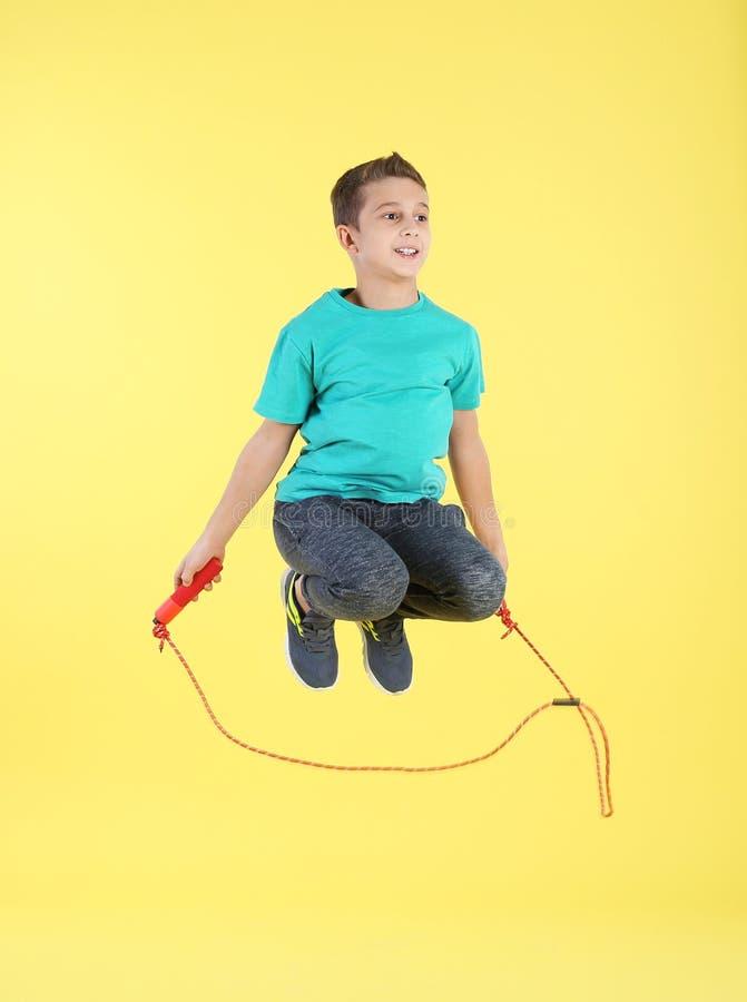 Full längdstående av pojkebanhoppningrepet royaltyfria bilder