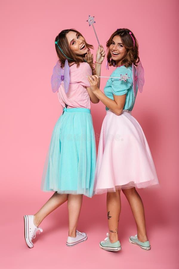 Full längdstående av två lyckliga flickor royaltyfri fotografi