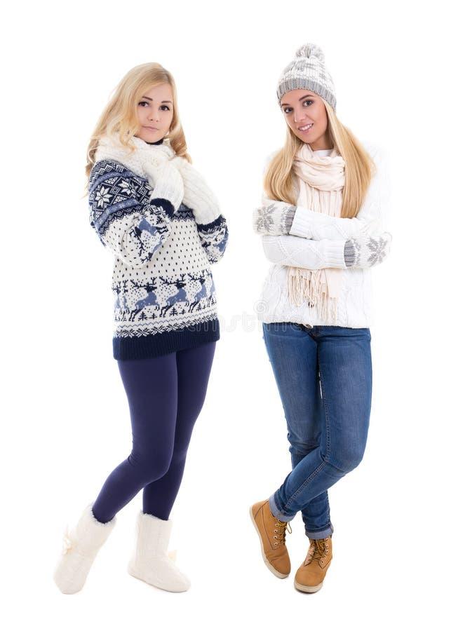 Full längdstående av två unga härliga kvinnor i vinterkoagulering fotografering för bildbyråer