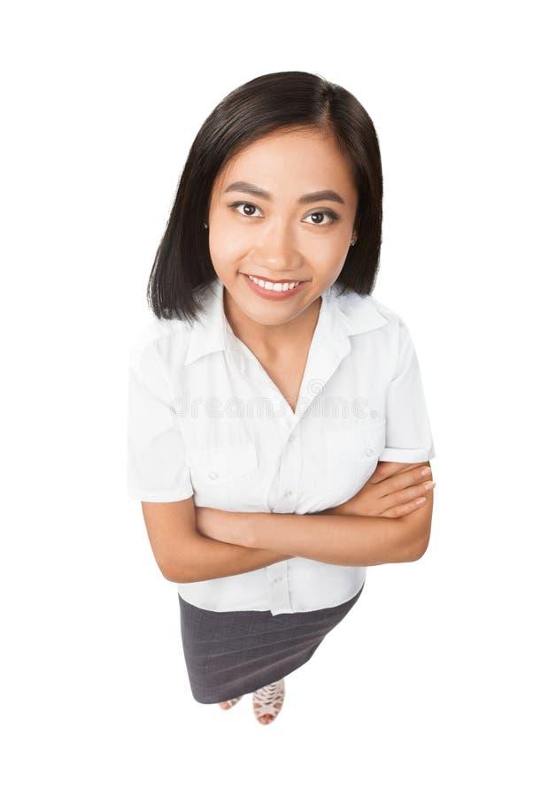 Full längdstående för bästa sikt av att le den isolerade asiatiska kvinnan arkivbild
