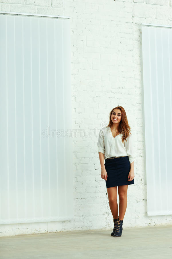 Full-lenght stående av ett affärskvinnaanseende royaltyfri fotografi