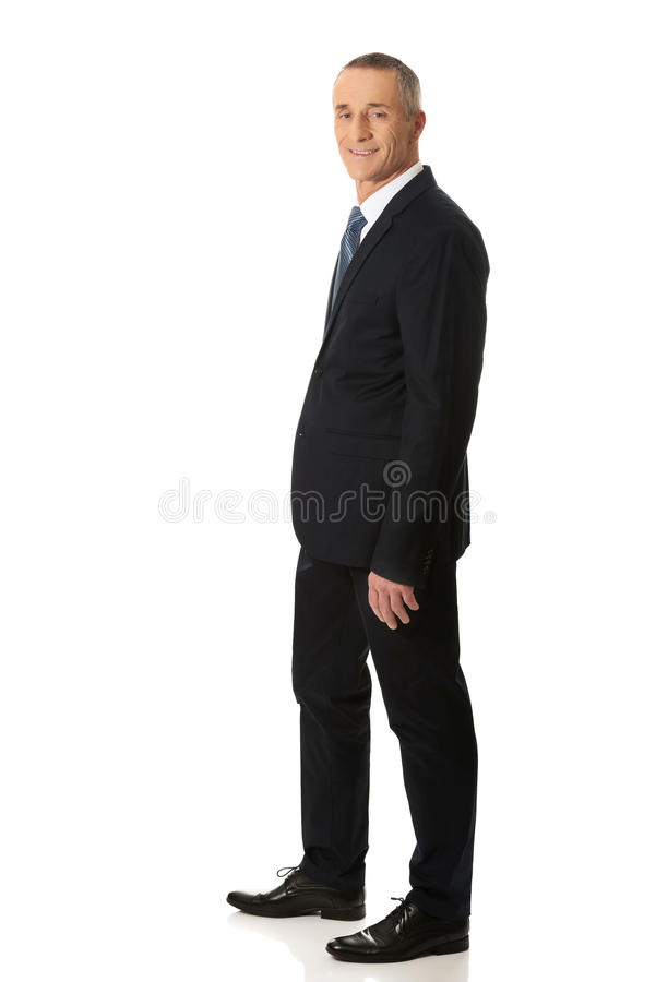 Full man för längdsidosikt med handen i fack royaltyfria bilder